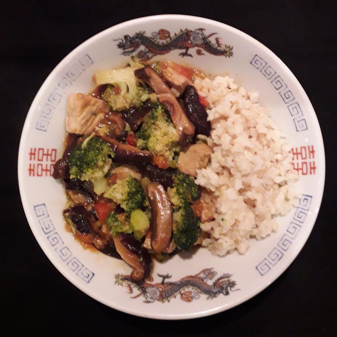 Wok met shiitake, varkensvlees, broccoli, tomaat, gember en rijst - recept