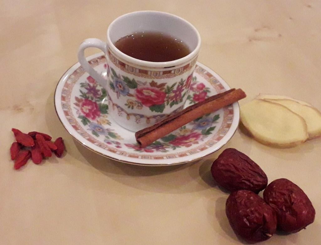 thee van rode dadels met gember, kaneel en gojibessen