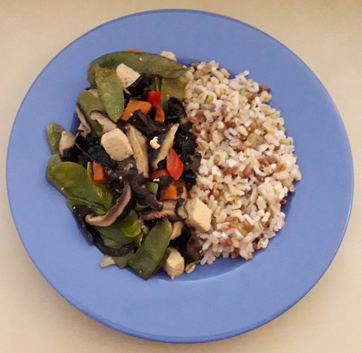 Vegetarische wok met tofu, peultjes, shiitake en wolkenoortjes - recept