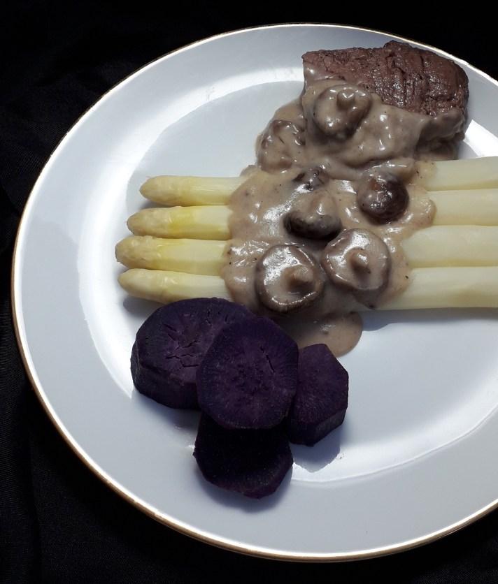 Asperges met shiitake, paarse zoete aardappel, steak en lactosevrije roomsaus