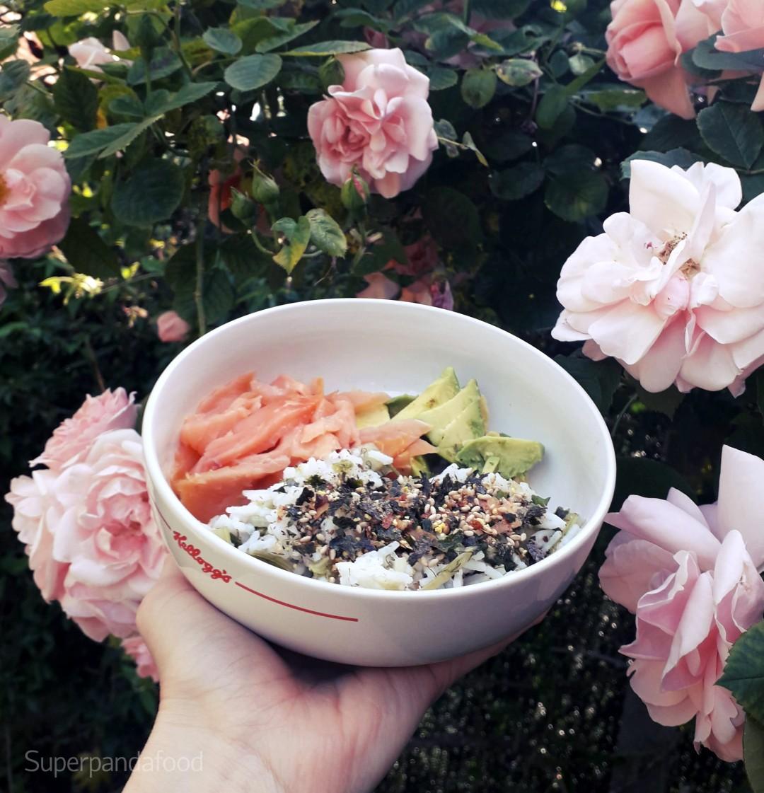 Sushi bowl met venkelrijst, furikake, gerookte zalm en avocado