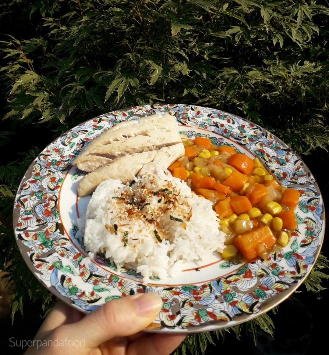 Koolvis met wortel, courgette, maïs, rijst en furikake - verkoelende voeding tijdens hittegolf